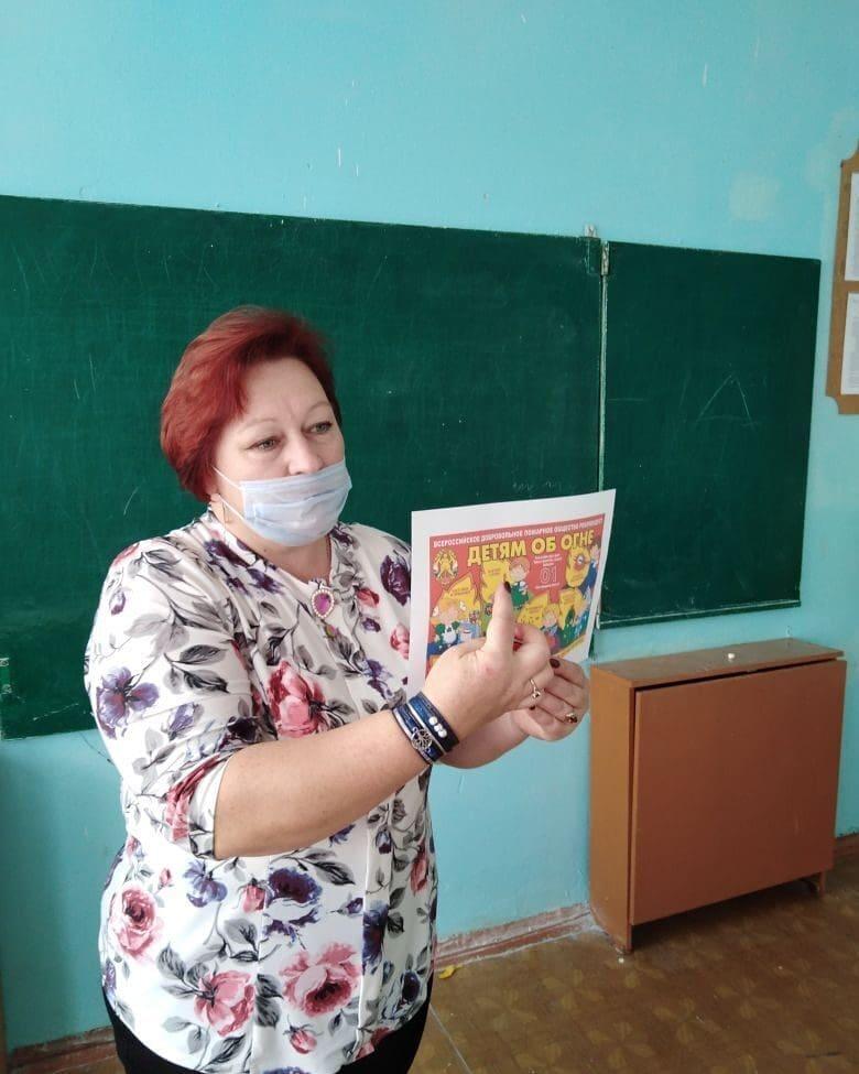 Методист Новозахаркинского дома культуры Оксана Кайдарина напомнила сельским школьникам правила пожарной безопасности