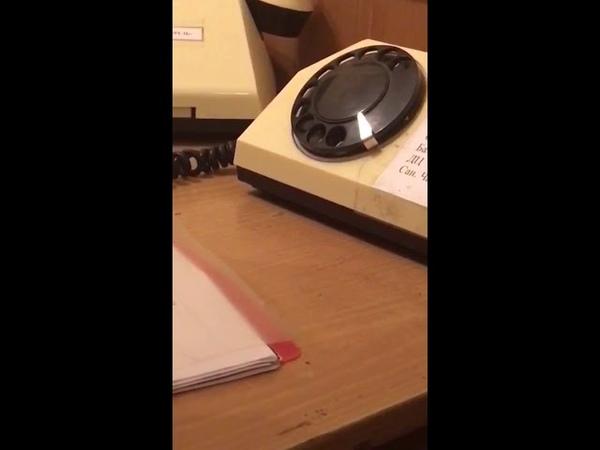 Молодой солдат и дисковый телефон