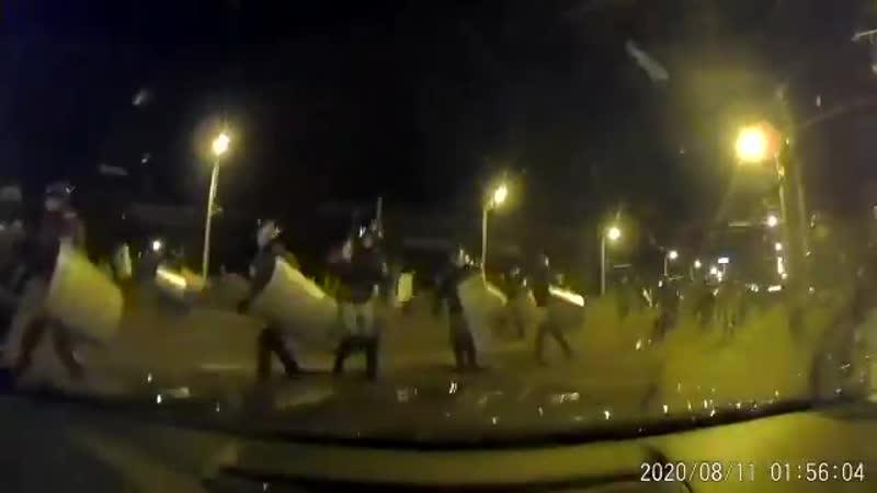 Беларусь 11 авг На машину с российскими номерами напали десятки озверевших силовиков разбили ее вдребезги избили пассажиров