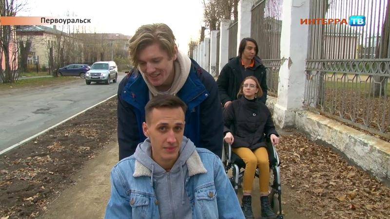 Даниил Мостицкий протестировал город проехал по улицам на инвалидной коляске 16 10 20