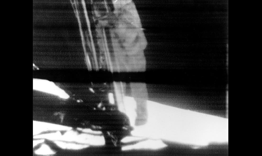 21) Телевизионный кадр первого шага человека на лунной поверхности. Астронавт Нил Армстронг сделал первый шаг в сопровождении База Олдрина. Это - кадр телевизионной записи показанной по всему миру 20 июля 1969 года. (NASA)