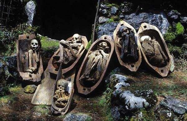 Кабаян, Филиппины. Кабаян это ряд пещер, созданных руками человека, находящихся на Филиппинах. Каждая пещера заполнена мумиями, которые считаются одними из очень хорошо сохранившихся в мире. Эти