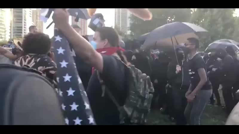 Позиционные бои полиции с леворадикалами вокруг статуи Христофора Колумба в Чикаго 3