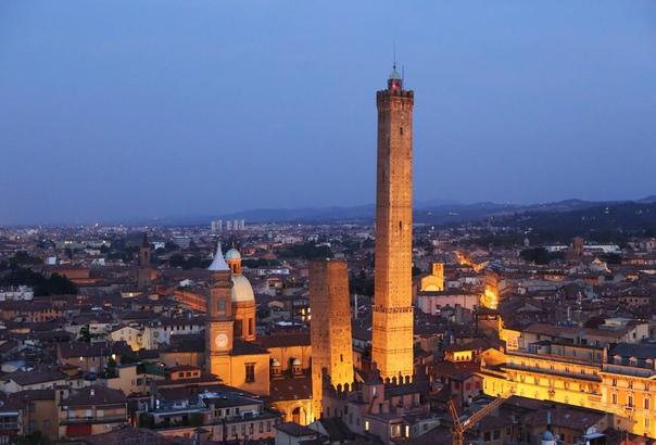 Падающие башни Болоньи. Италия