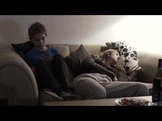 Мама разрешила сыну потрогать пизду (инцест в фильме, голая писька мамаши, лапает киску, кончил мамке в руку)