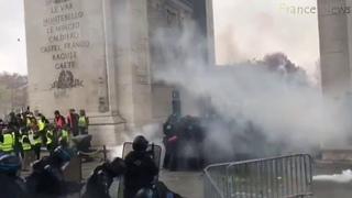 Les Gilets jaunes repoussent les CRS de l'Arc de triomphe. Des scènes de guérilla urbaine