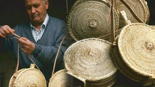 Barriles de mimbre artesanales para transportar agua y vino   Oficios Perdidos   Documental