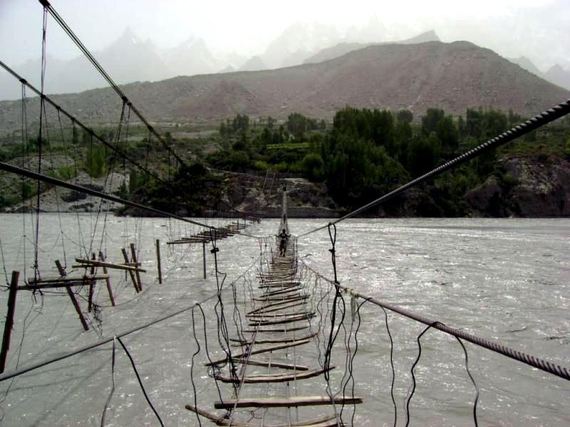 Жители Северного Пакистана до 1978 года были отрезаны от основной части страны горной рекой. Чтобы добраться до центральных регионов, они использовали подвесные мосты, и самую ужасную репутацию завоевал мост Хуссаини. Он был построен довольно давно и уже утерял прочность, да и ветер, раскачивающий мост, не способствует безопасности.