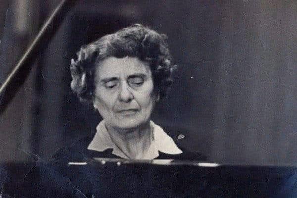 Жизнь, в которой есть Бах, благословенна. В лагере зэки кухонным ножом вырезали для нее на нарах фортепианную клавиатуру. И она по ночам играла на этом безмолвном инструменте Баха, Бетховена,