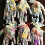 Перчатка со сладостями на Хэллоуин — идея упаковки
