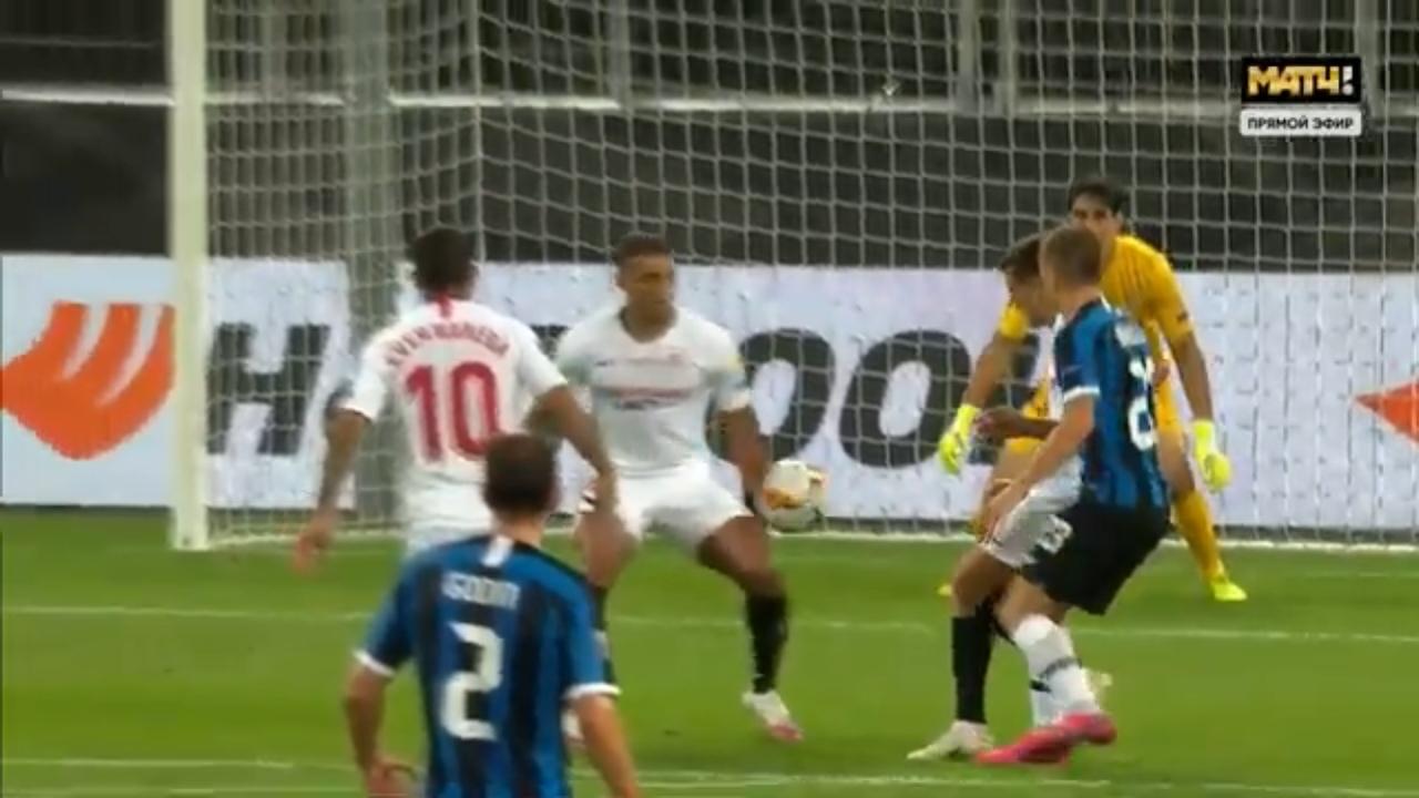 Севилья - Интер, 3:2. Мяч попадает Диего Карлосу в руку