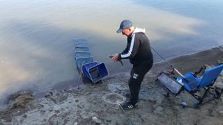 Старый опытный рыбак обловил двоих молодых — Фидер Омск [Мобильная рыбалка] #OmskFish