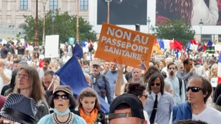 «C'est du chantage» : des milliers de personnes dans les rues de Paris contre le pass sanitaire