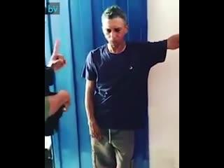 Женщина-полицейский из Бразилии объясняет мужику, который избивает жену, что так делать не нужно