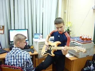 Супер гитарист 8 Б - Артем Ахтямов. Техник по звуку Влад Бурец.
