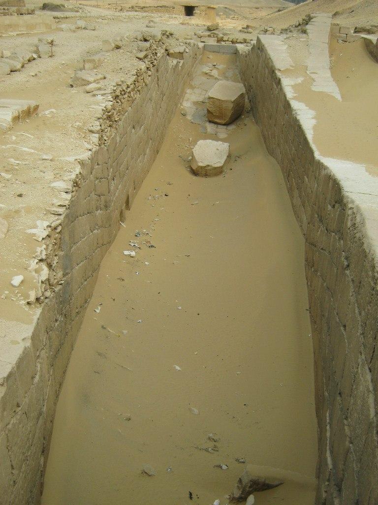 В комплексе пирамид Саккары траншеи в форме лодок