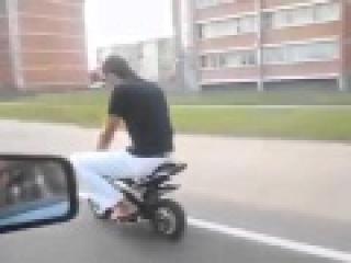 Мужик на маленьком мотоцикле | Прикол