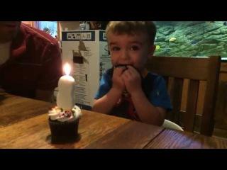 Мальчик не смог задуть свечку. Отец нашел выход.