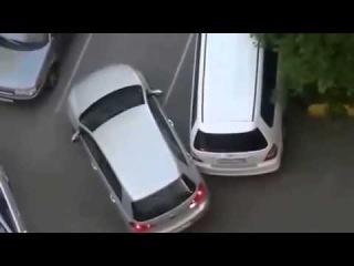 Бабы за рулем! Две тупые блондинки встретились во дворе!