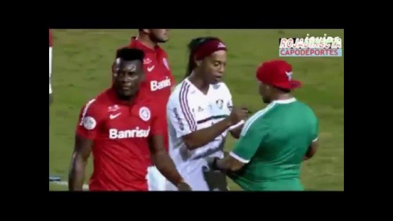 Fanático ingresa a la cancha para que Ronaldinho le firme la camiseta