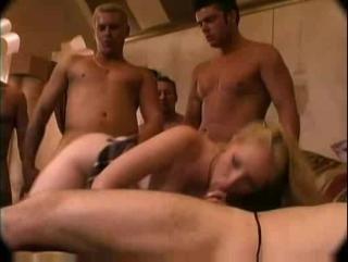 Молодую студентку выебла толпа мужиков, так как она и мечтала, во все дырки / шлюху трахнули / порно