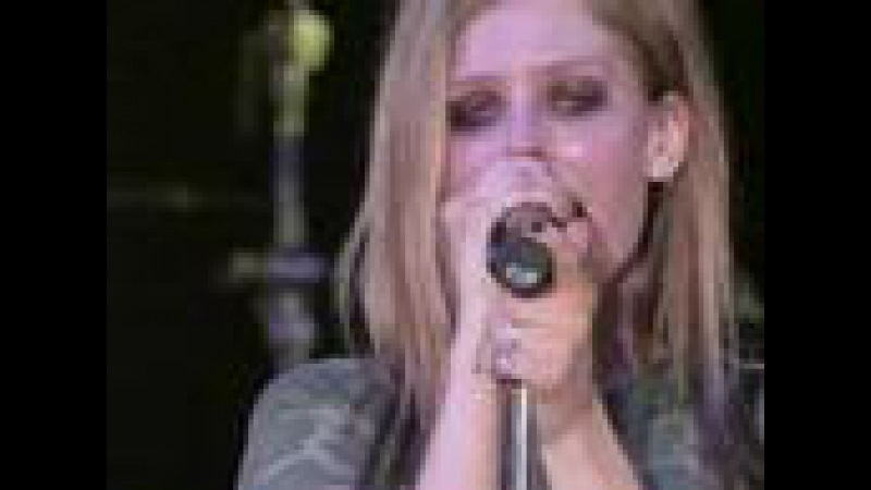 Avril Lavigne Fall to pieces live