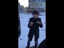 мальчик круто поёт и танцует