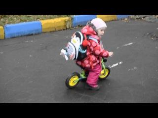 Mila Мила на беговеле Puky LRM c рюкзачком Skip Hop