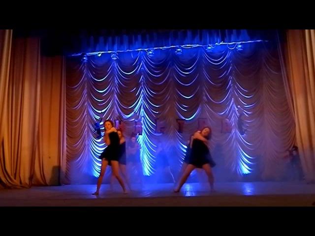 Красивий і сучасний танець дівчат УЛЬТРА