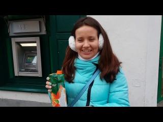 Маша пьёт сок, который только что сама купила в Вильнюсе.