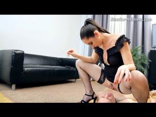 Госпожа заставляет раба лизать и пить мочу.