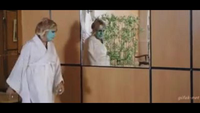 Гифка женщина в маске пугается