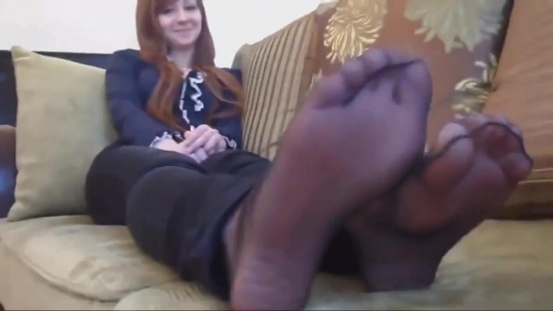 Рыжая девчонка в колготках 2 (stocking pantyhose toes legs feet foot fetish фут