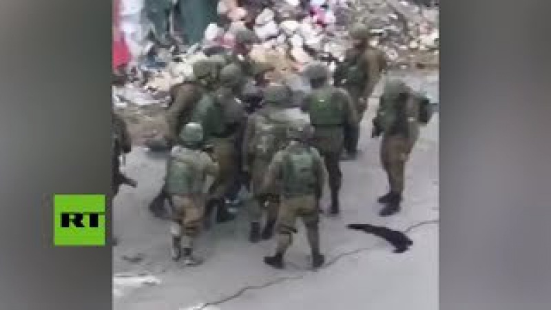 10 contra 1 Soldados israelíes golpean a un palestino en Cisjordania