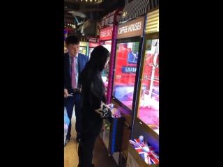 Chinese girls beat claw machine under managers watch