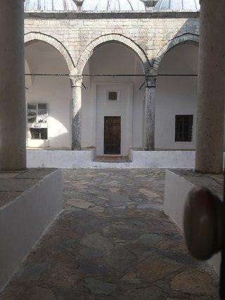 В заброшенную Свинцовую мечеть можно заглянуть только через небольшое окошко в двери.