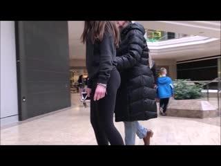 Девочка гуляет по магазинам в лосинах и её поснимали со всех сторон | Leggings ass