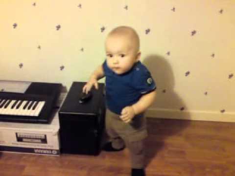 Маленький мальчик танцует лезгинку 2