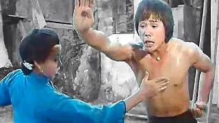 Мать обучает сына жизненно важным точкам кунг фу | Mother teaches her son vital points of kung fu
