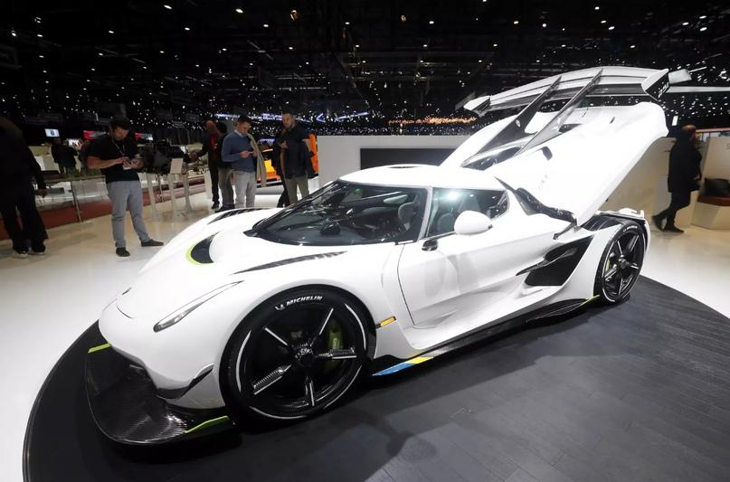 Лобовое стекло с панорамным обзором, фары в стиле «Регеры», профиль со смещённым вперед кокпитом. Не узнать в гиперкаре Koenigsegg практически невозможно.