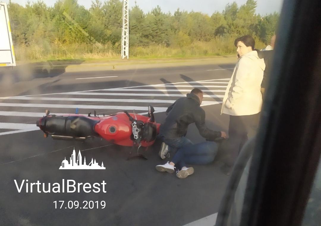 На ул. 28-го Июля в результате ДТП упал мотоцикл. Пострадала девушка