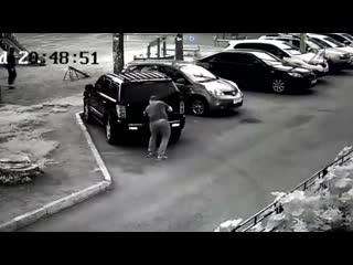 На Горьковском шоссе автомобилист на Jeep протаранил автомобиль Ford и сразу скрылся