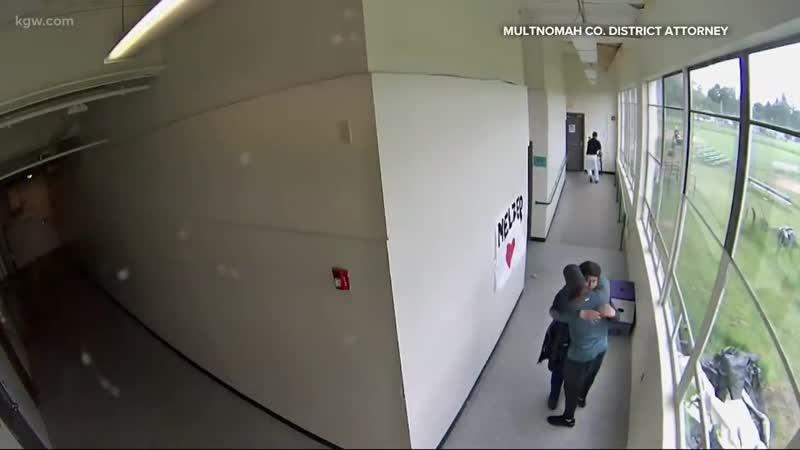Физрук обезвредил студента с оружием обняв его