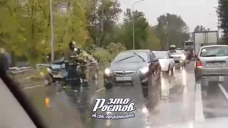 Дерево сильно придавило 2 машины на Левом берегу 18 09 19 Это Ростов на Дону