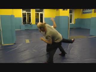 Самооборона - контрприём от задней подножки