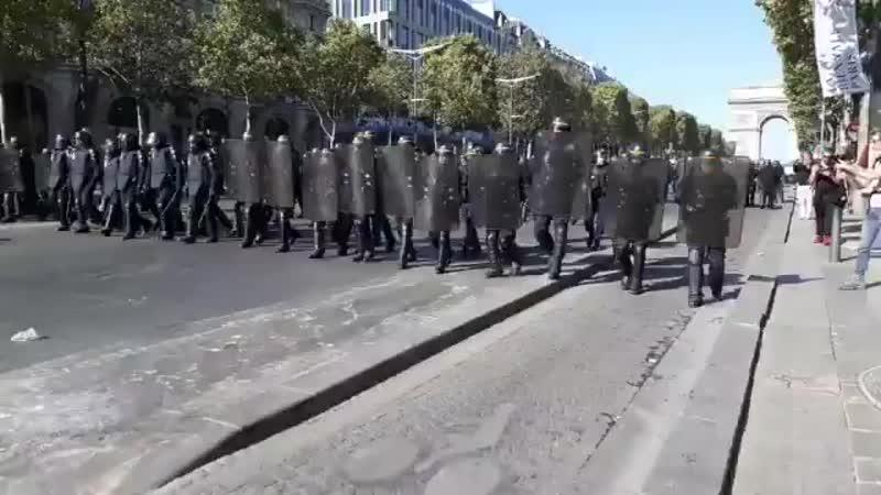 Les forces de lordre font reculer les manifestants qui étaient sur la route des Champs dEl.mp4