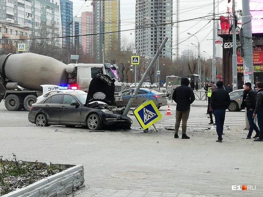 На Щорса  Белинского произошло ДТП с участием автомобилей Mercedes и Renault Logan в результате которого Mercedes вылетел на тротуар