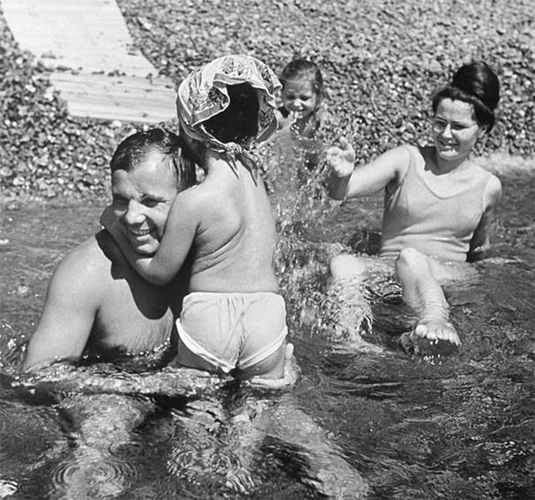 Юрий Гагарин с семьёй на отдыхе в Крыму.... .