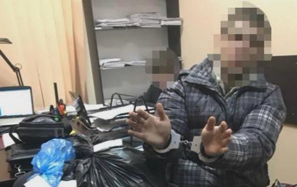 В КЧР полицейский продавал изъятое оружие