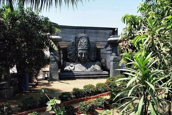 Остров Гхарапури (Элефанта) Уникальное место под названием Остров Элефанта, известный также как остров Гхарапури, расположен на востоке от Мумбая, на одном из многочисленных островов городской